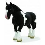 Лошадь мощной породы черно-белая